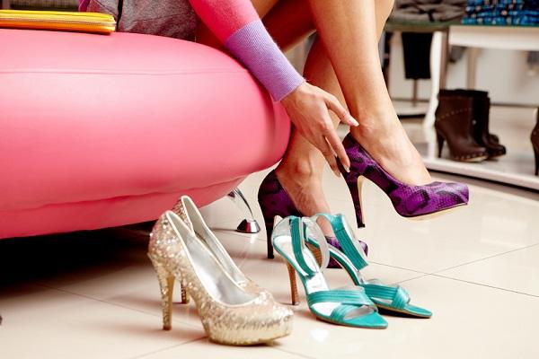 Примерка туфель на каблуке