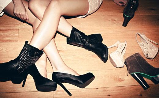 Женские ноги в ботинках и туфлях