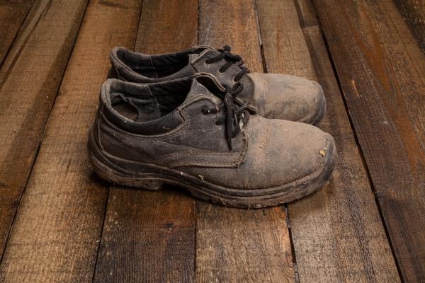 Грязные мужские ботинки