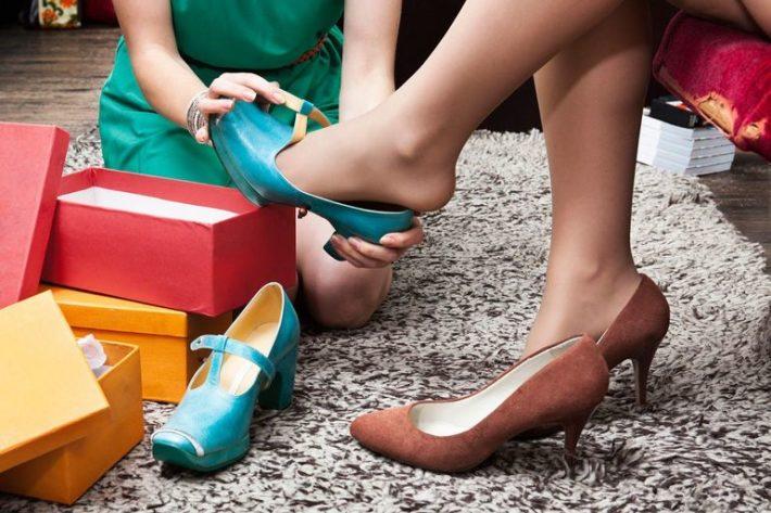 Девушке надевают туфли