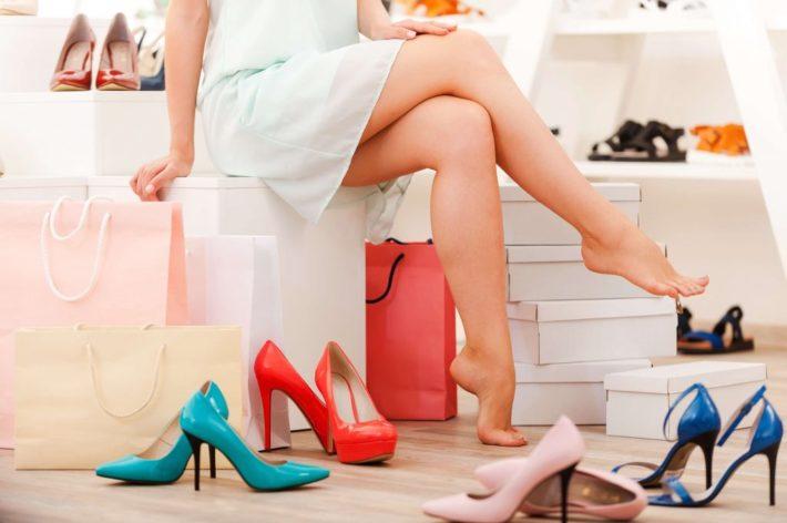 Девушка в магазине выбирает туфли