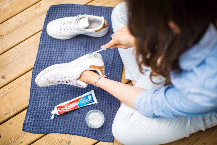 Чистка белых кроссовок зубной пастой