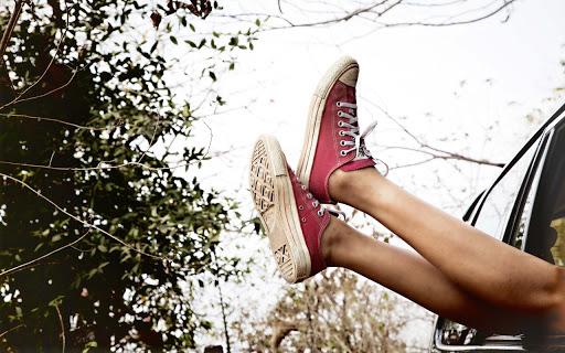Розовые кеды на женских ногах