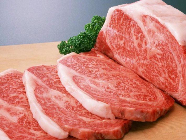 Нарезанная сырая свинина