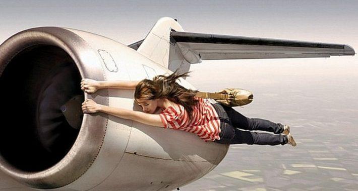 Женщина летит на турбине самолета