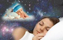 Спящая женщина видит младенца