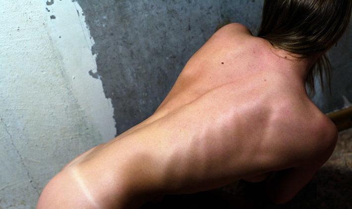 Спина голой девушки