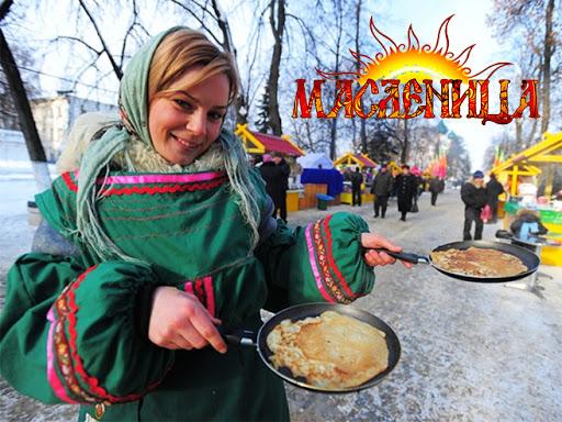Девушка держит две сковородки с блинами