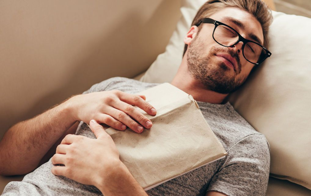 Спящий молодой человек в очках