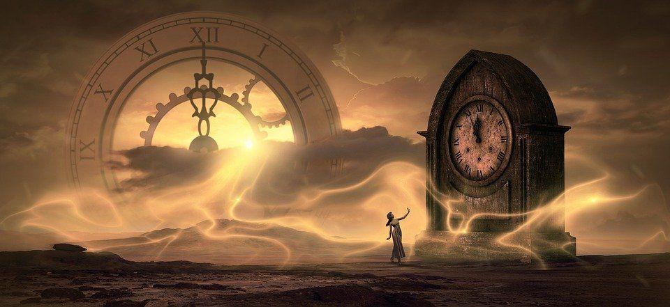Девушка и гигантские часы в пустынной местности