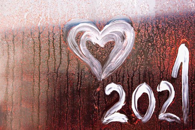 Сердечко и надпись 2021 на стекле
