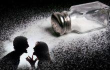 Женщина и мужчина ругаются на фоне опрокинутой соли