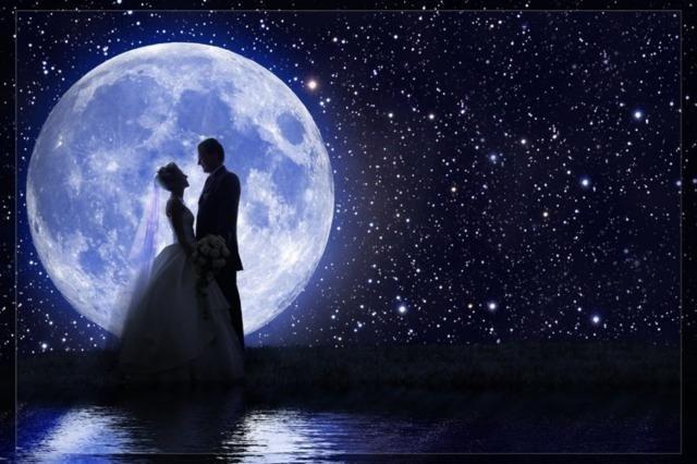 Жених и невеста на фоне Луны и звездного неба