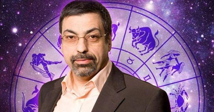 Астролог Павел Глоба на фоне зодиакального круга
