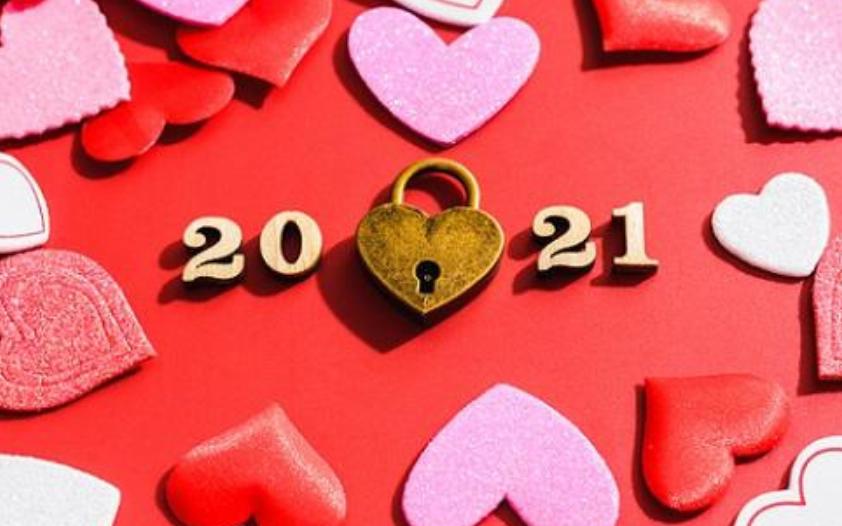 2021и замочек сердечком в окружении бархатных сердец