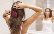 Девушка расчесывается перед зеркалом