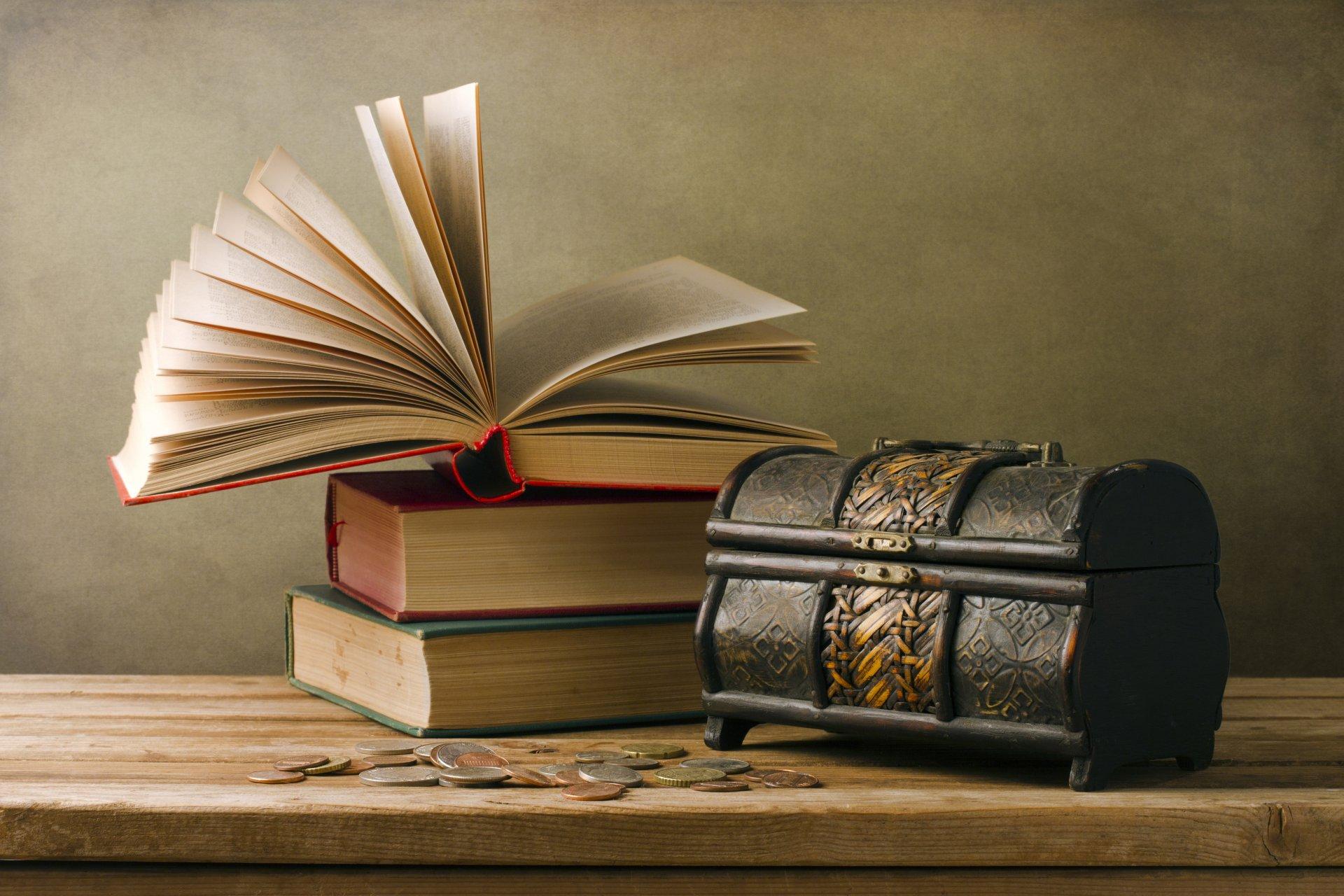 Книги и сундучок с монетками