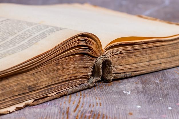 Старинная книга на столе