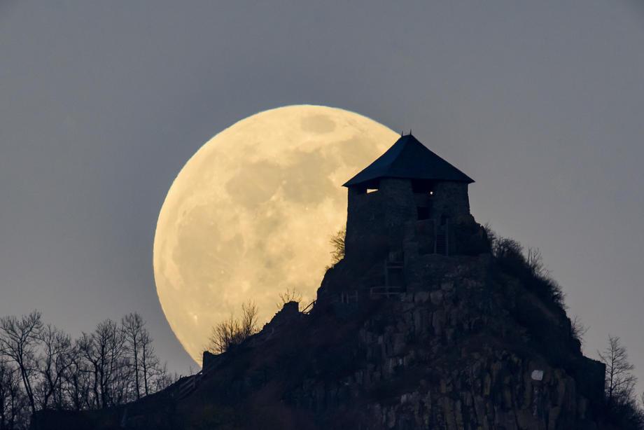 Старая крепость на фоне большой желтой Луны