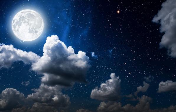 Светящаяся Луна в звездном небе в окружении ночных облаков