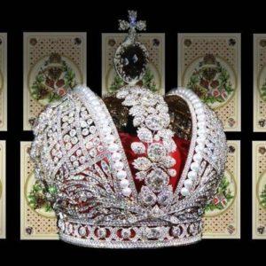 Царская корона на фоне карт