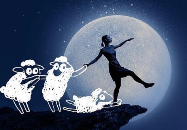 Девушка в лунатическом состоянии, удерживаемая овечками, шагает в пропасть на фоне Луны
