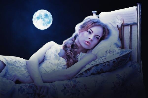 Девушка в кровати на фоне полной Луны