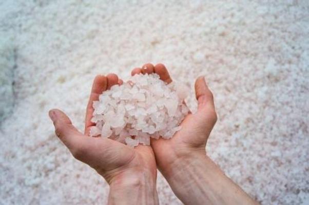 Крупные кристаллы соли в руках