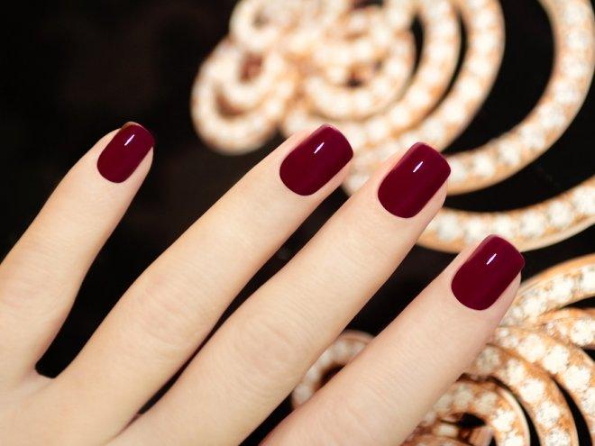 Бардовые ногти