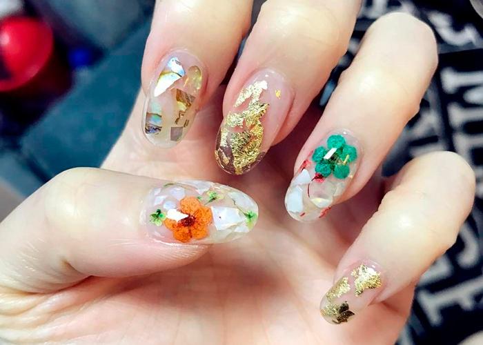 Дизайн на ногтях со слюдой, фольгой и сухоцветами
