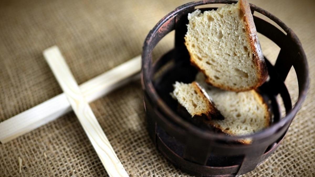Краюха сухого хлеба и распятие
