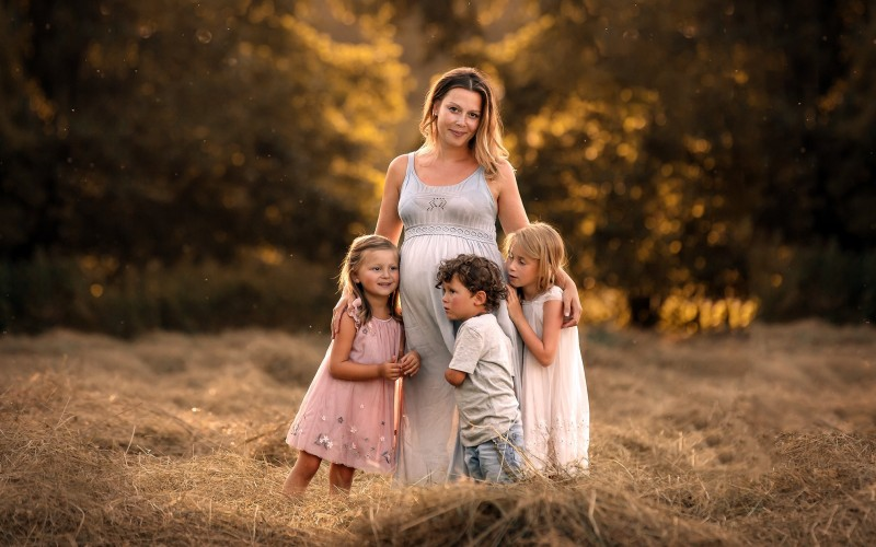 Беременная женщина с тремя детьми