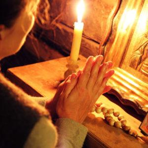 Женщина молится перед иконой