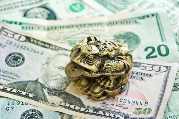 Статуэтка жабы на денежных купюрах