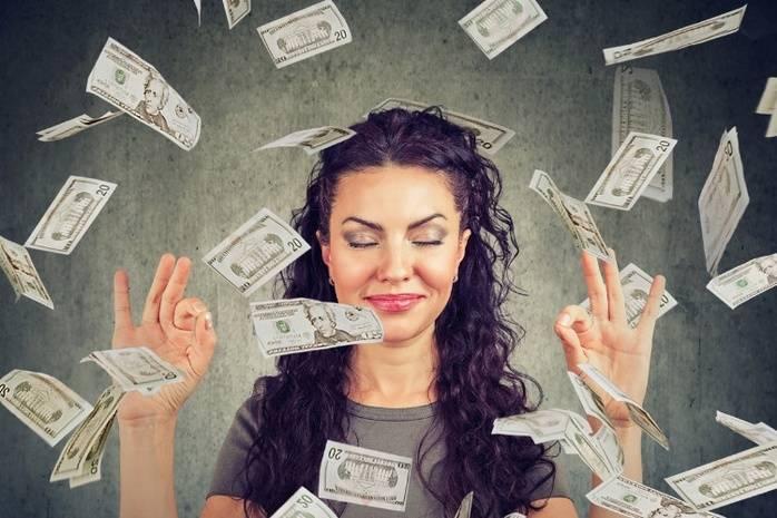 Улыбающаяся девушка и порхающие вокруг нее деньги