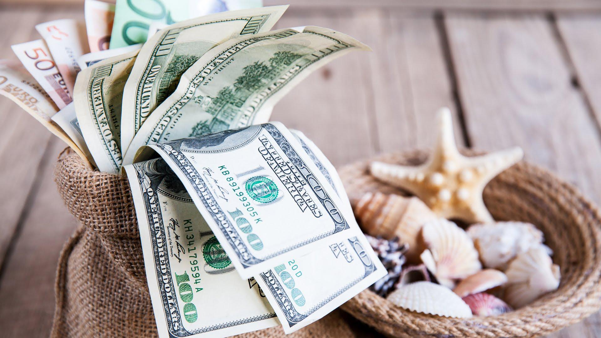 Пачка денежных купюр в мешочке