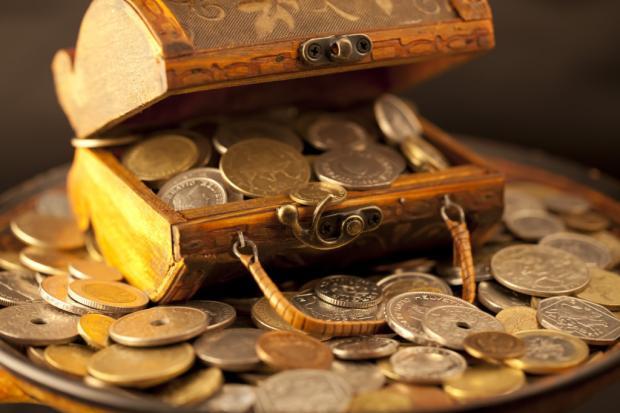 Монеты в сундучке и вокруг него