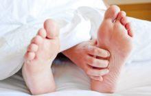 Рука под одеялом чешет левую ступню
