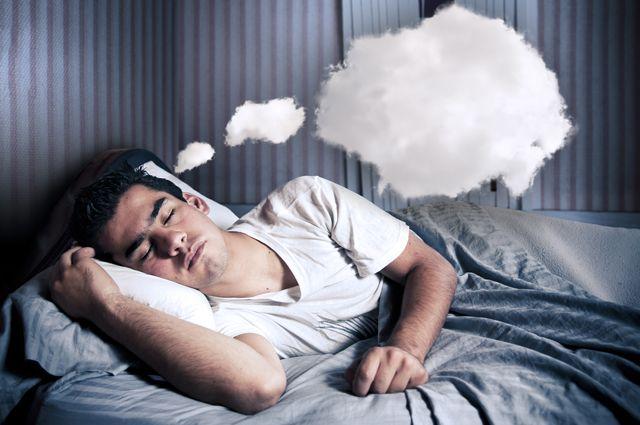 Спящий парень и его мысли-облака