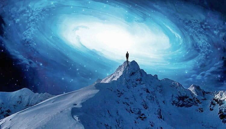 Человек на вершине заснеженной горы в осознанном сне
