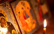 Горящая свеча напротив иконы