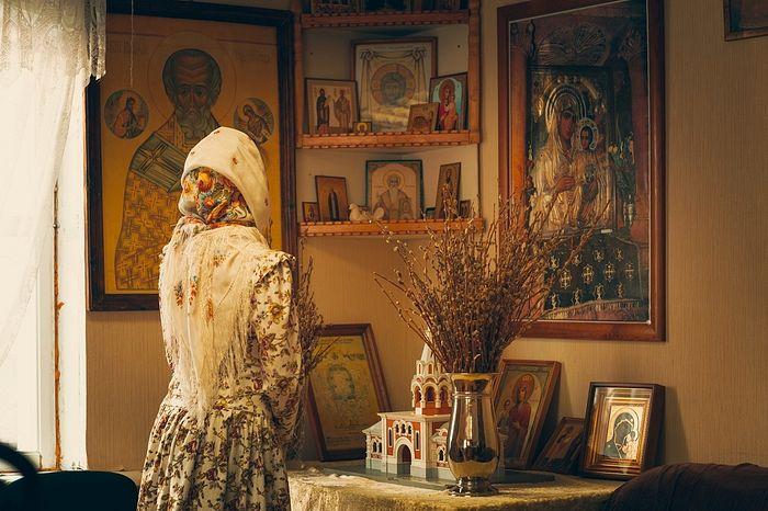 Женщина в платке перед иконостасом