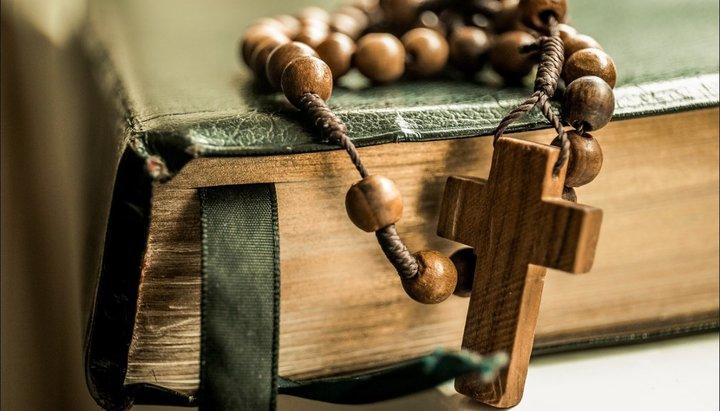 Четки с крестом на библии