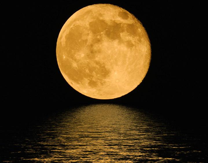 Луна освещает море