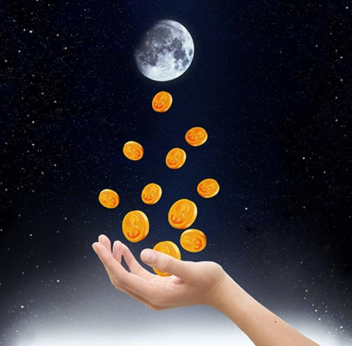 Рука, подбрасывающая монеты на фоне Луны
