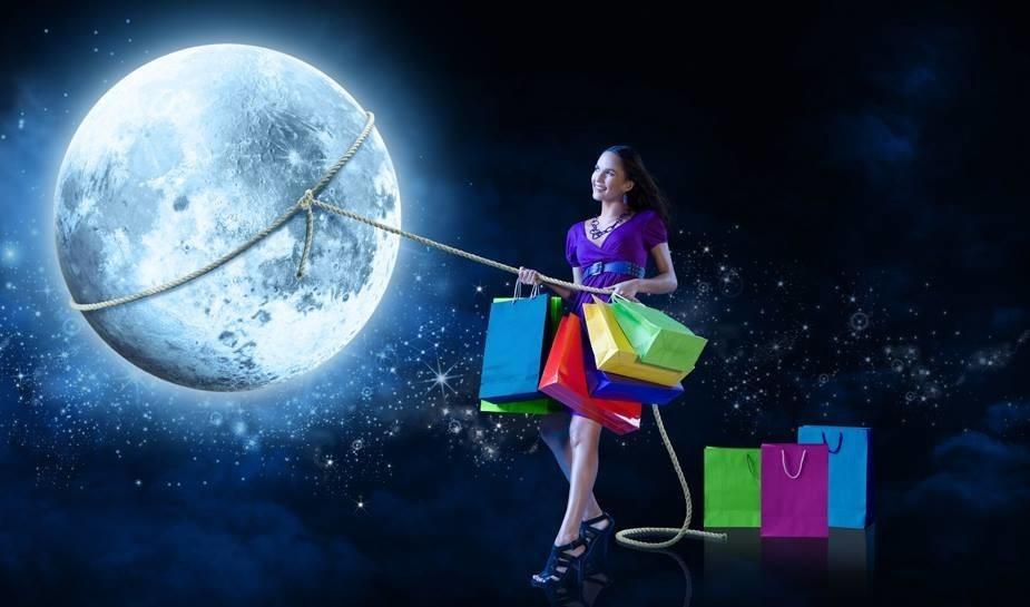 Девушка с пакетами из магазина накинула лассо на Луну