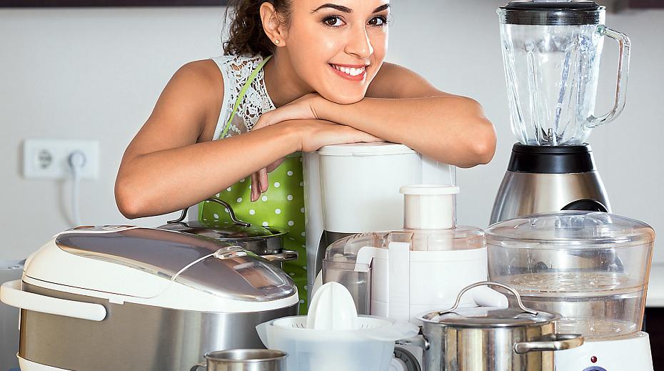 Молодая хозяйка и новенькая быттехника на кухне