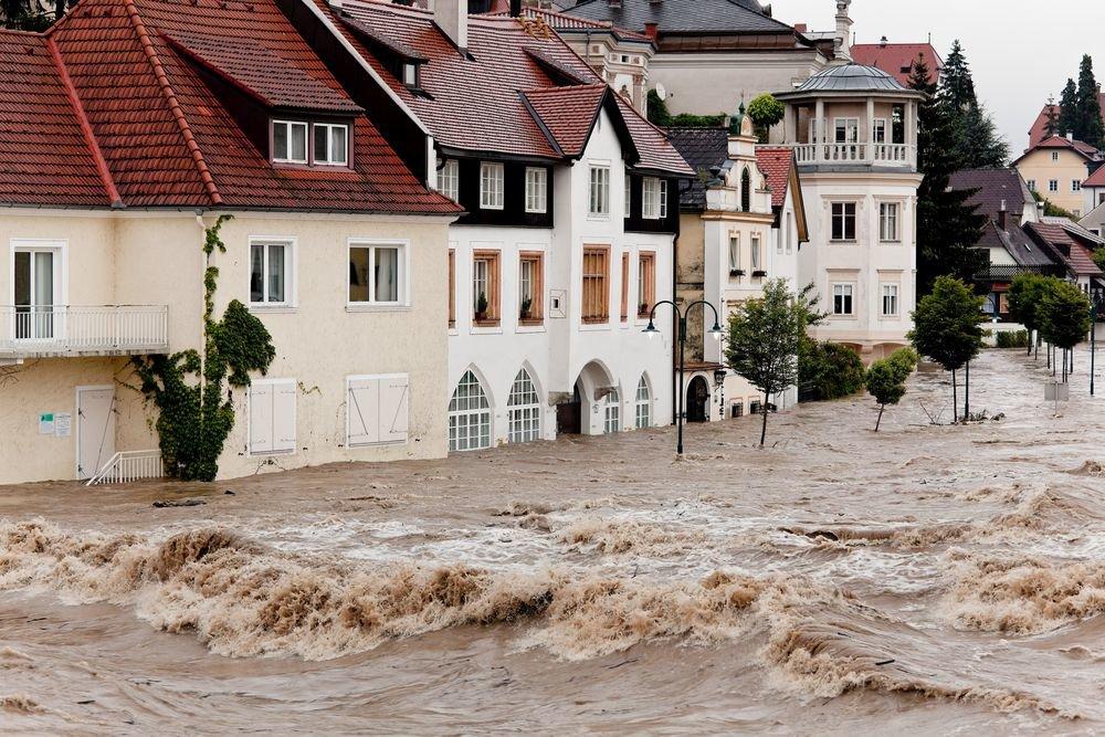 Затопленные улицы европейского города