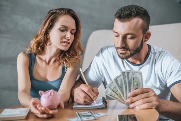 пара с деньгами