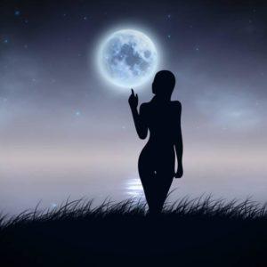 женщина держит луну
